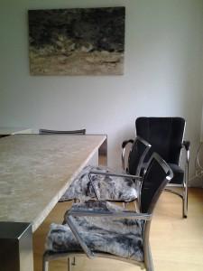 stoelen en wandkleed